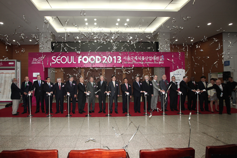 Seoul Food 2013 opening ceremony is now proceeding. Domestic and foreign personnel participated in a ceremony including President of KOTRA (OH, Young Ho), Deputy Minister for International Trade & Investment of MOTIE (KWON, Pyong Oh), Embassy of the United States of America (Kim, Sung Y.), and etc.